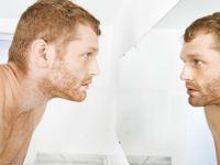 Мужчина смотрит в зеркало